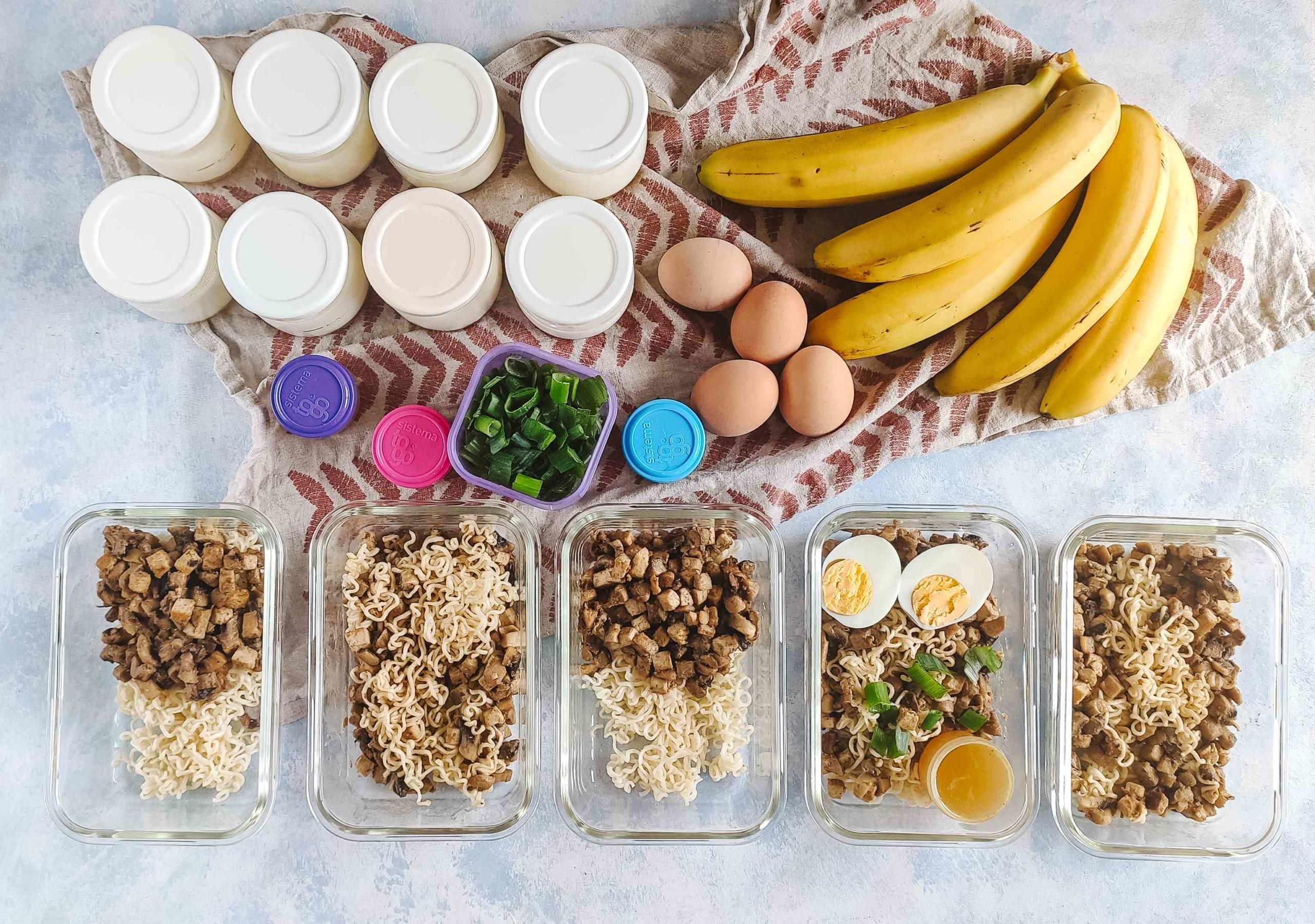 Nouilles aux champignons, tofu et sauce au beurre de cacahouète + yaourts maison au miel.
